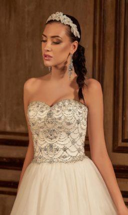 Пышное свадебное платье со сверкающей отделкой лифа и вырезом на спинке.