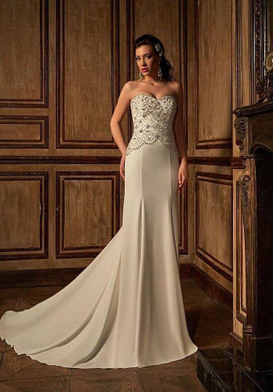 Изящное свадебное платье «русалка» из атласной ткани с сияющей вышивкой.