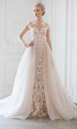 Стильное свадебное платье на бежевой подкладке и с белым кружевным декором.