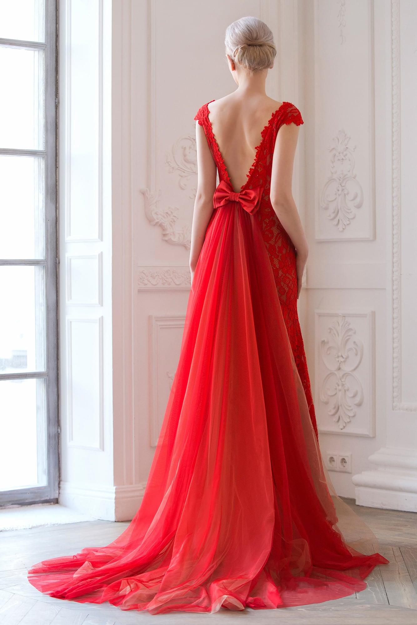 Прямое свадебное платье с многослойным шлейфом, выполненное из красного кружева.