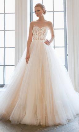 Нежное свадебное платье с полупрозрачным кружевным корсетом и пышным низом.
