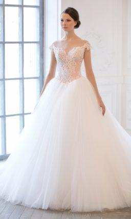 Пышное свадебное платье, декорированное кружевом, а на спинке – рядом пуговиц.