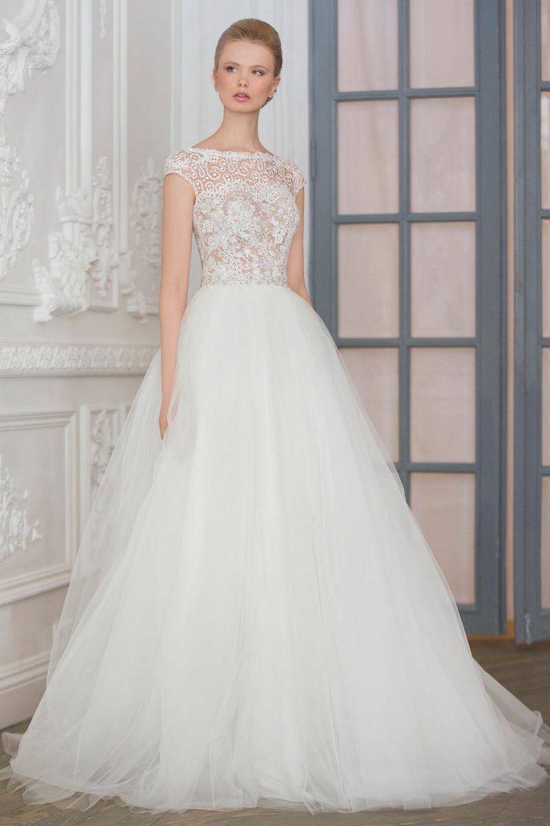 Романтичное свадебное платье с корсетом, оформленным с иллюзией полупрозрачности.