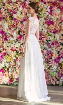 Сдержанное свадебное платье с закрытым лифом, покрытым кружевной тканью.