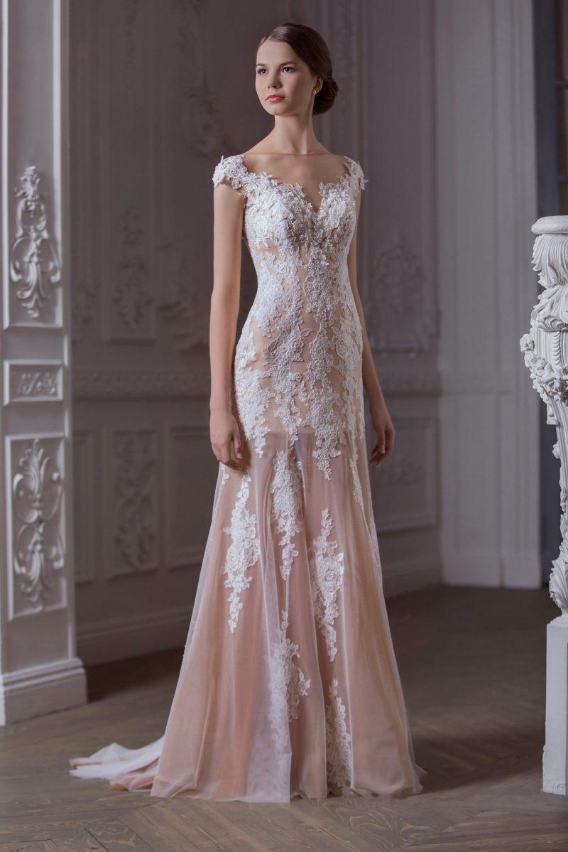 Свадебное платье на бежевой подкладке с кружевной отделкой от верха до подола прямой юбки.