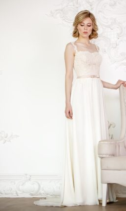 Свадебное платье с лаконичной юбкой прямого кроя, дополненной шлейфом, и открытым декольте.