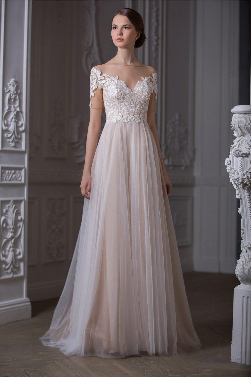 Свадебное платье прямого кроя с романтичным кружевным лифом и бежевой подкладкой.