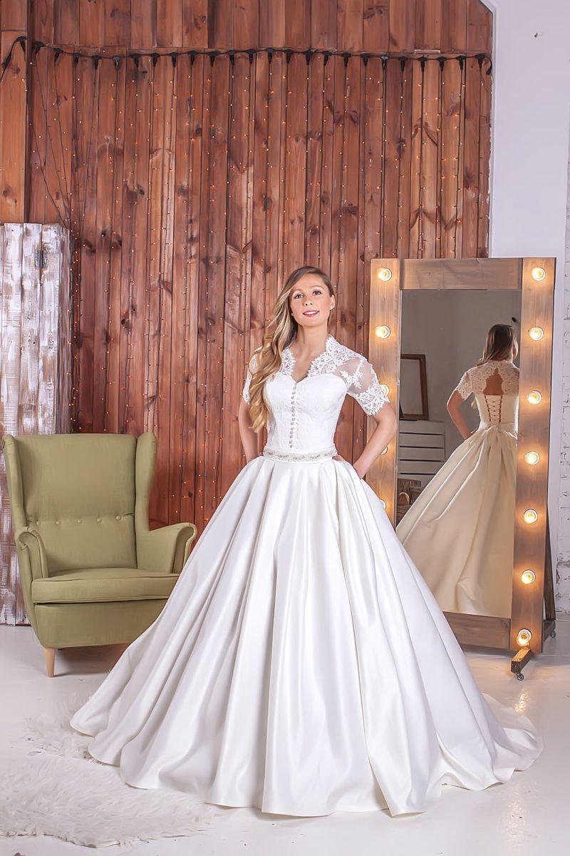 Атласное свадебное платье с потрясающей юбкой с карманами, дополненное кружевным болеро.