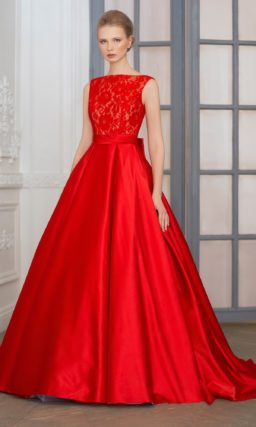 Смелое свадебное платье А-кроя из атласной ткани насыщенного алого цвета.