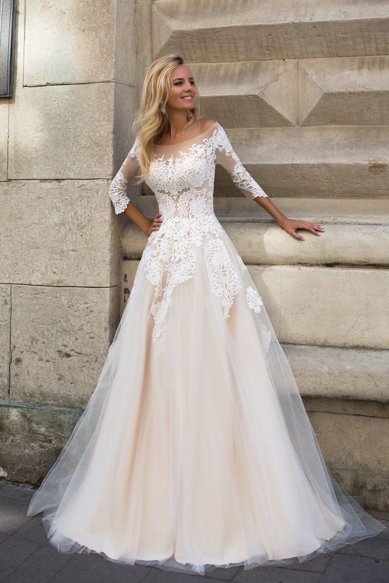 Свадебное платье с бежевой подкладкой и белоснежным кружевным декором.