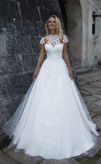 Торжественное свадебное платье «принцесса» с утонченным кружевным декором верха.