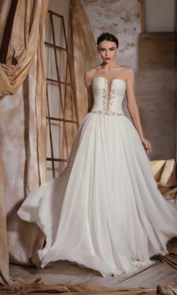 Прямое свадебное платье с головокружительным декольте, оформленным по краям вышивкой.