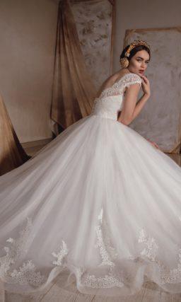 Пышное свадебно платье с фигурным вырезом и широкими кружевными бретельками.