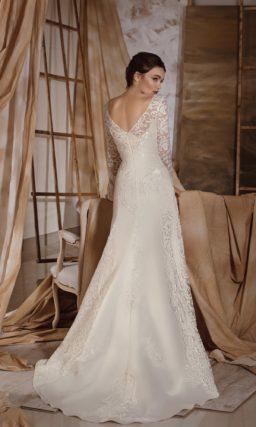 Свадебное платье со стильным V-образным декольте и длинными кружевными рукавами.