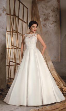 Роскошное свадебное платье с закрытым кружевным верхом и скрытыми карманами в атласной юбке.