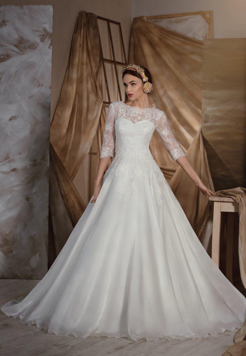 Свадебное платье «принцесса» с закрытым лифом и элегантными кружевными рукавами в три четверти.