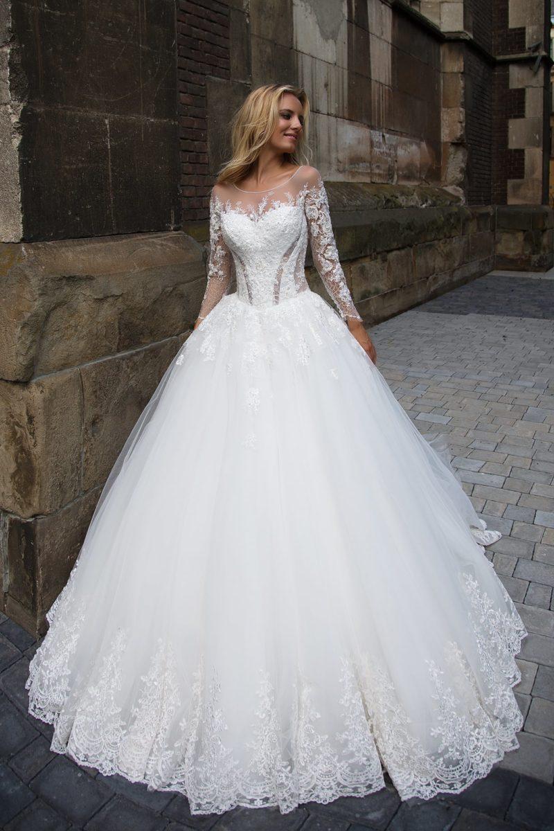 Потрясающее свадебное платье пышного кроя с длинными кружевными рукавами.