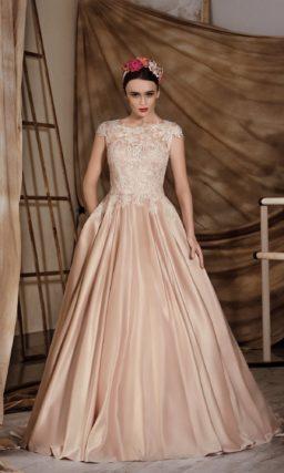 Шикарное свадебное платье с юбкой из золотистого атласа и закрытым лифом с кружевным декором.