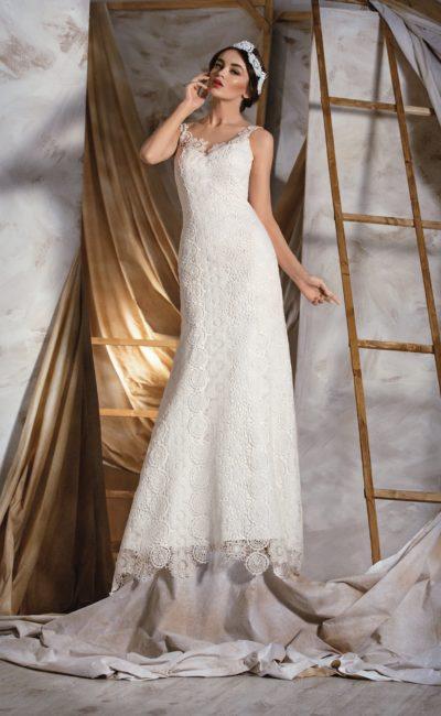 Прямое свадебное платье с открытой спинкой, V-образным декольте и декором из оригинального кружева.
