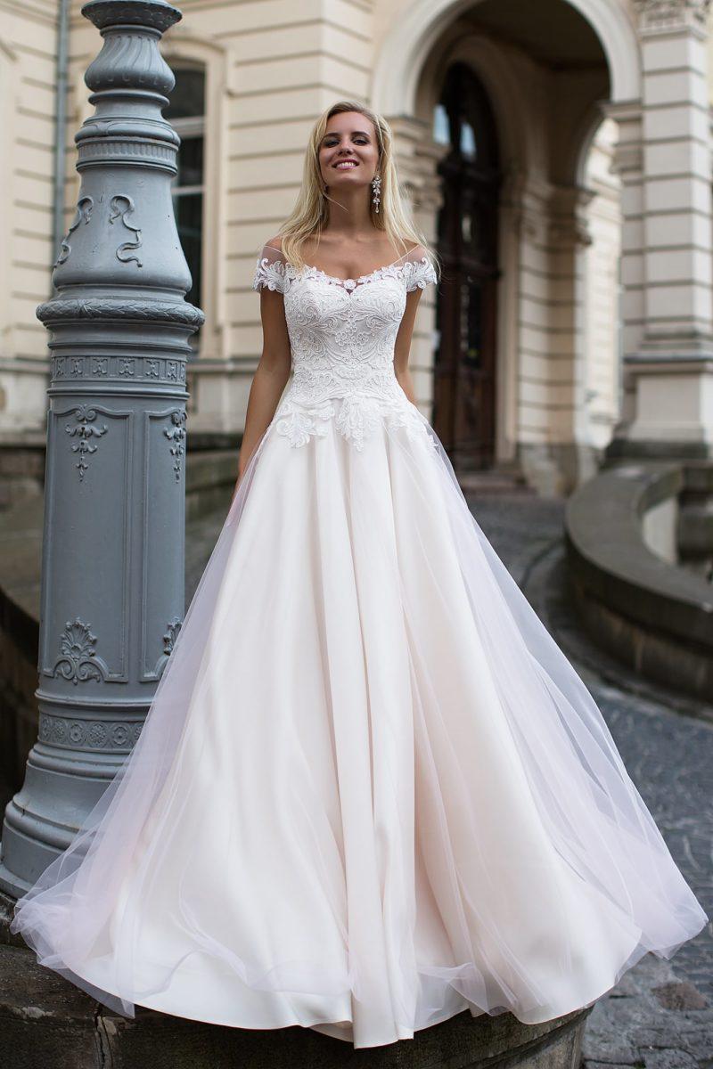 Свадебное платье розового цвета с элегантным декольте и кружевным облегающим корсетом.