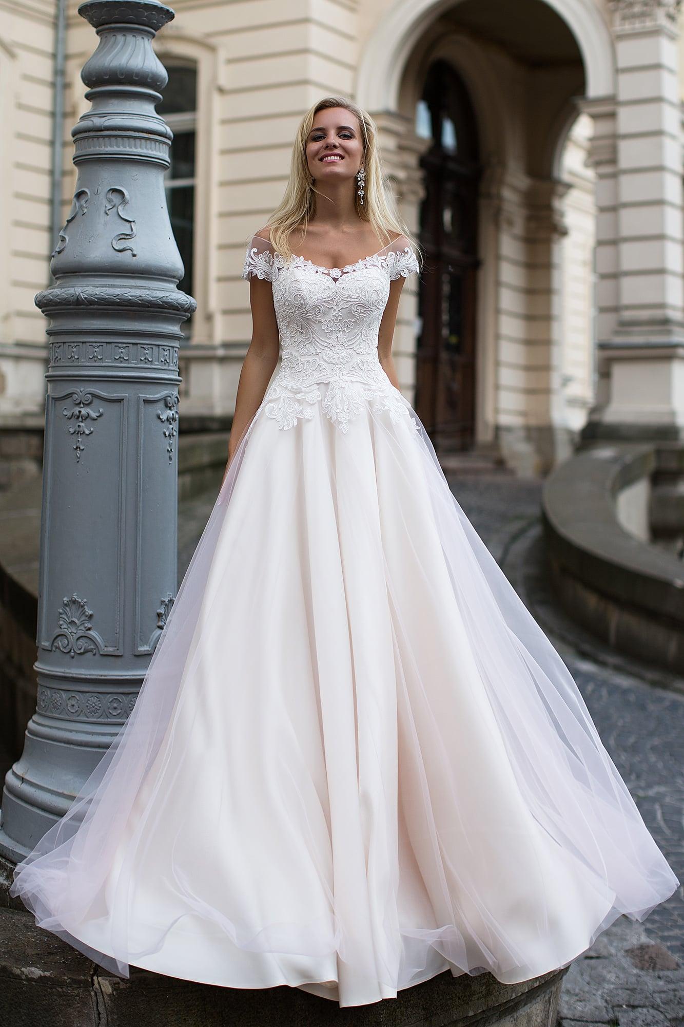 26e6df425bf Свадебное платье розового цвета с элегантным декольте и кружевным  облегающим корсетом.