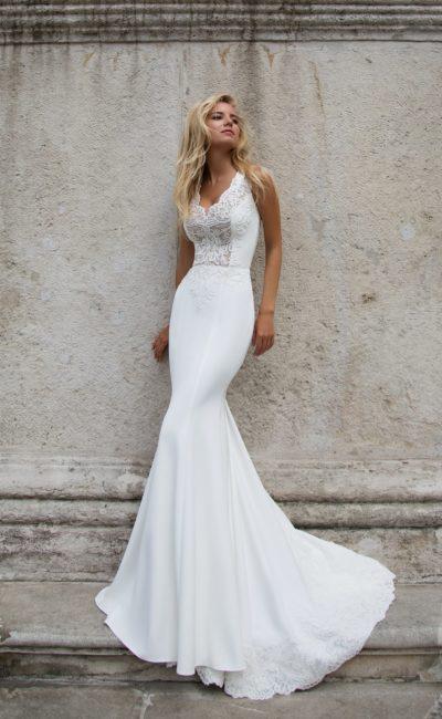 Свадебное платье с фигурным V-образным вырезом и элегантным длинным шлейфом.