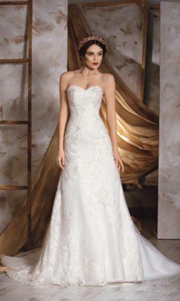 Свадебное платье «принцесса» с фактурной кружевной отделкой и женственным лифом в форме сердца.