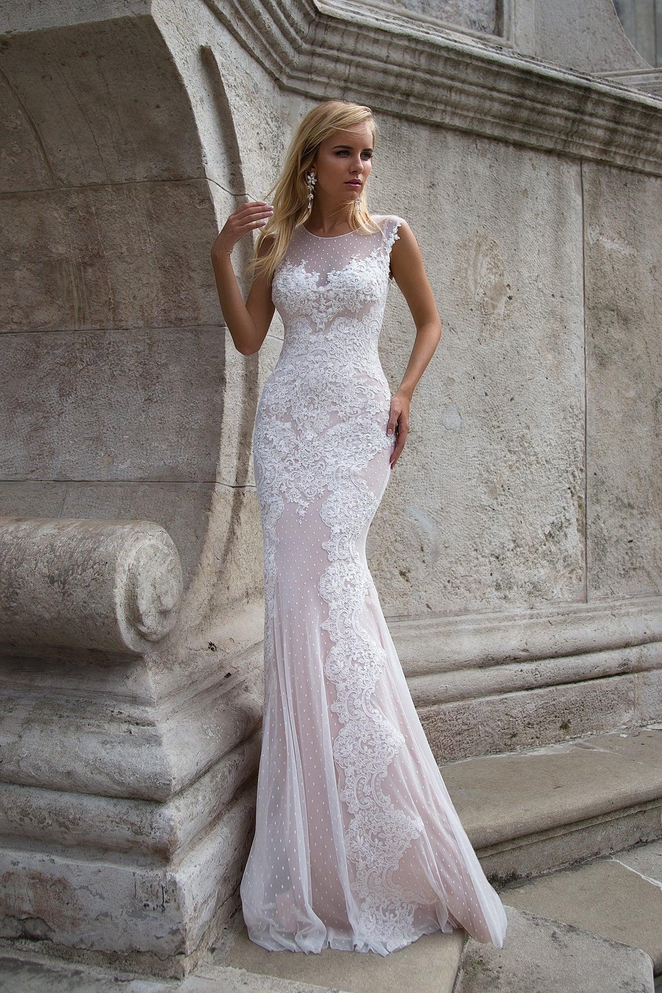 Облегающее свадебное платье с бежевой подкладкой и плотным кружевным декором.