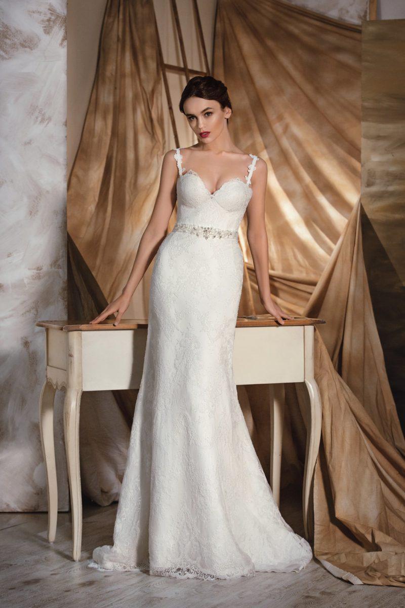 Прямое свадебное платье с фигурными бретелями и дополнительной пышной юбкой.