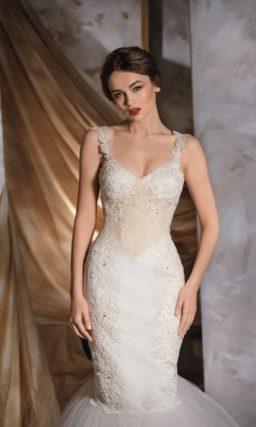 Торжественное свадебное платье «рыбка» с пышным низом подола и кружевным верхом с открытым лифом.