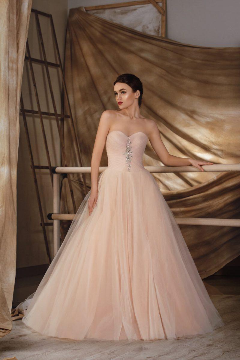 Персиковое свадебное платье «принцесса» с изысканным открытым корсетом, украшенным бисером.