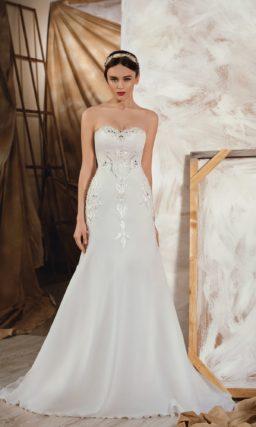 Соблазнительное свадебное платье «рыбка» с отделкой из аппликаций и стразов по корсету.