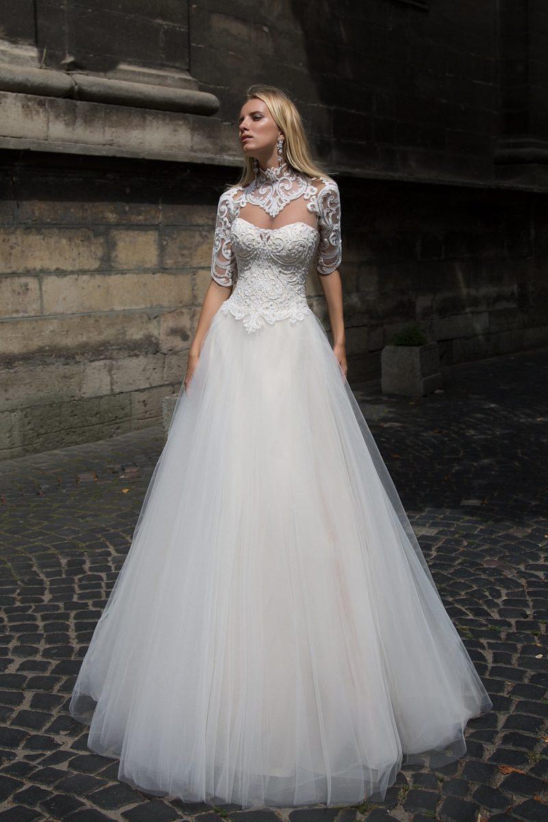 Свадебное платье «принцесса» с кружевным корсетом и необычным ажурным болеро с коротким рукавом.