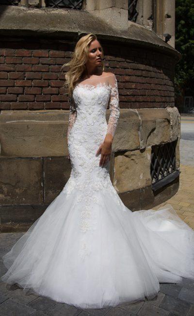 Потрясающее свадебное платье «русалка» с портретным декольте и объемным кружевным декором.