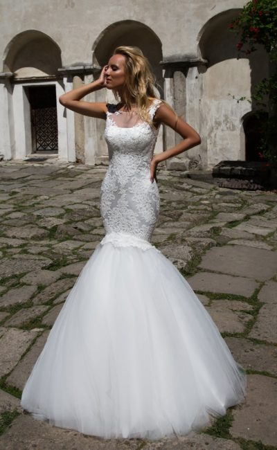 Свадебное платье «рыбка» с полупрозрачной вставкой над лифом и кружевной отделкой.