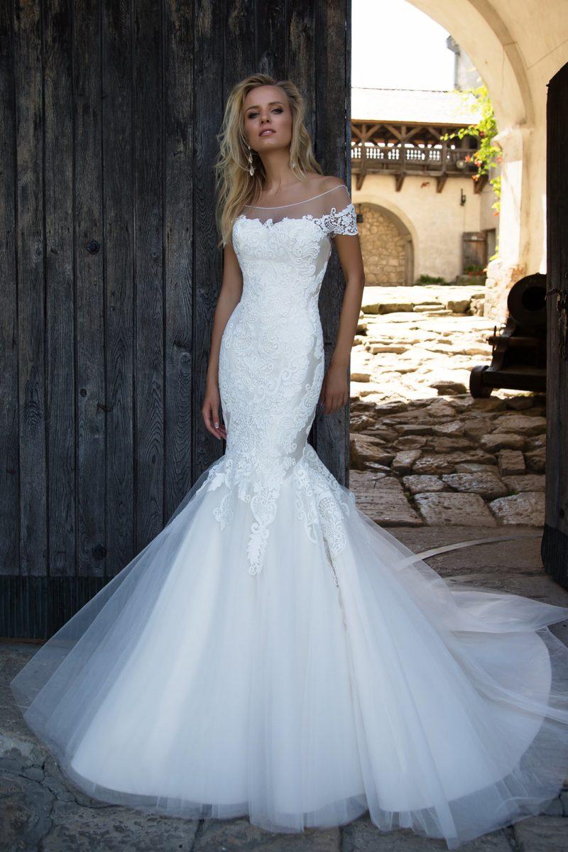 Выразительное свадебное платье «русалка» с атласным корсетом и кружевными аппликациями.