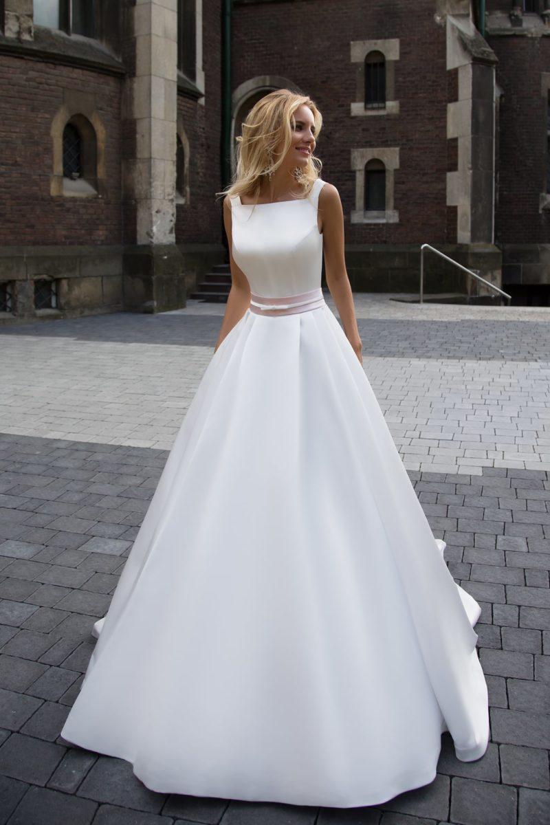 Изысканное свадебное платье из атласной ткани с квадратным вырезом и юбкой «принцесса».