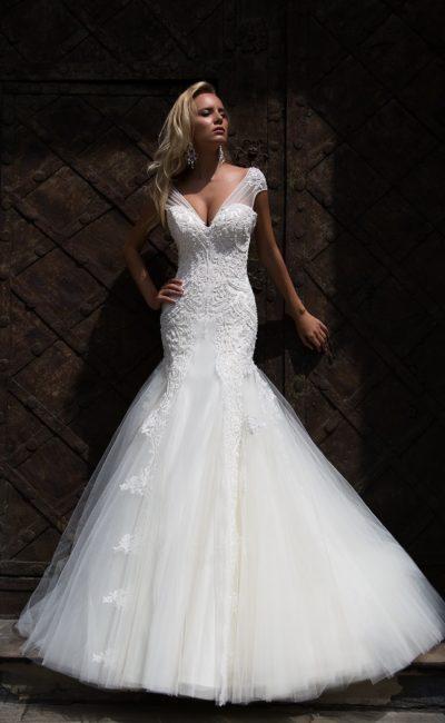 Стильное свадебное платье «русалка» с фактурной вышивкой по корсету и широкими бретелями.