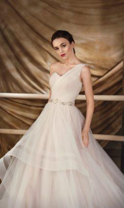 Великолепное свадебное платье «принцесса» с многослойным подолом и тонкой бретелью над лифом.