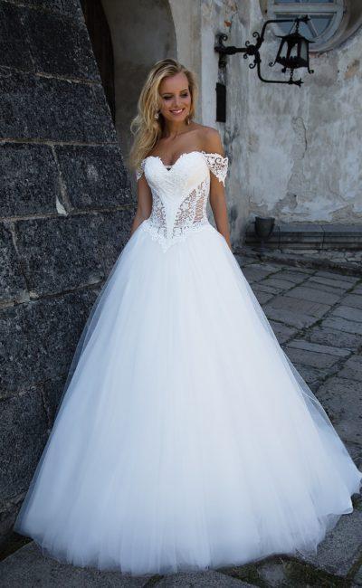 Чувственное свадебное платье с открытым декольте и прозрачными вставками по бокам корсета.