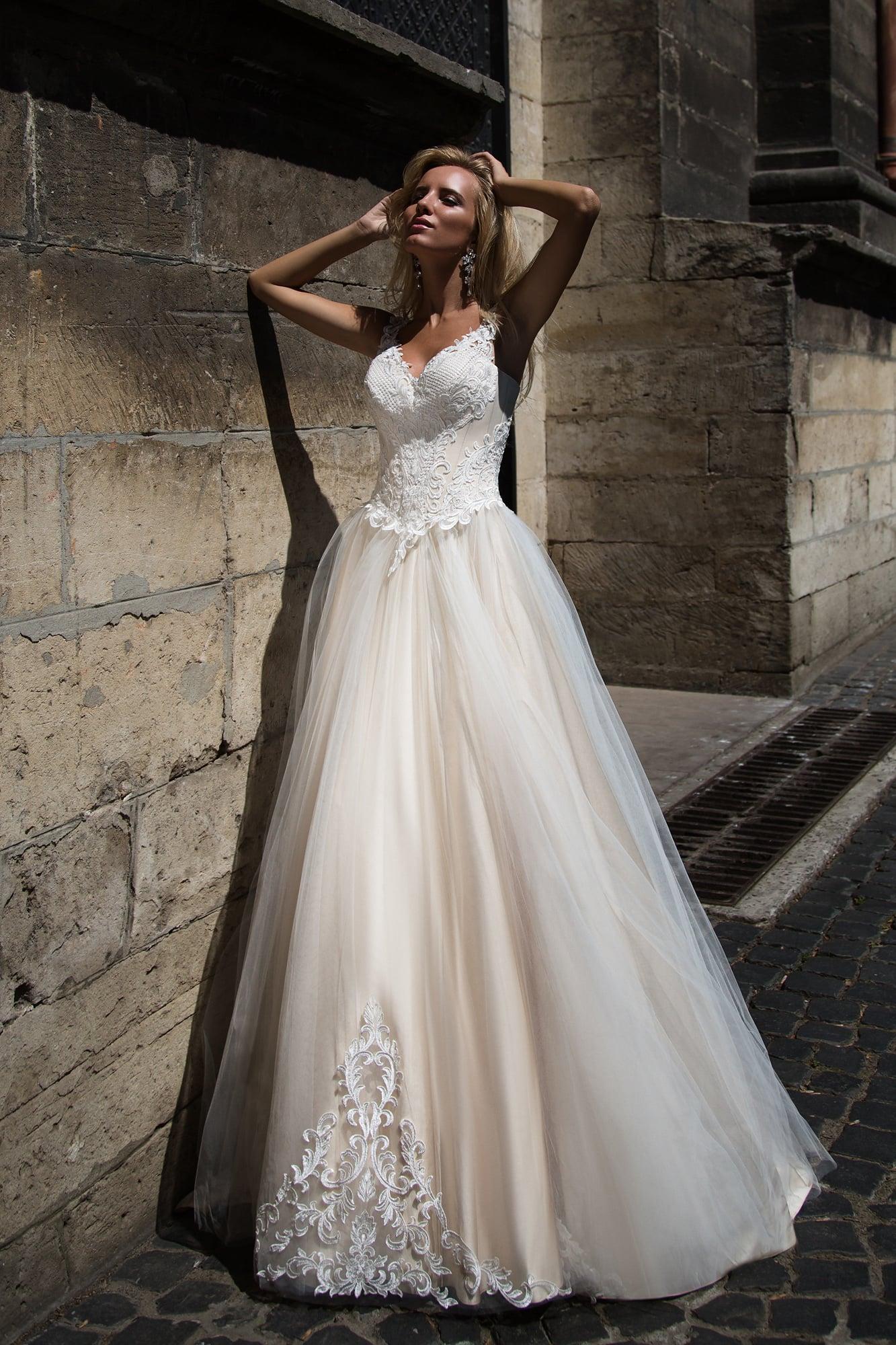 Нежное свадебное платье пышного кроя, выполненное в пастельных розовых тонах.
