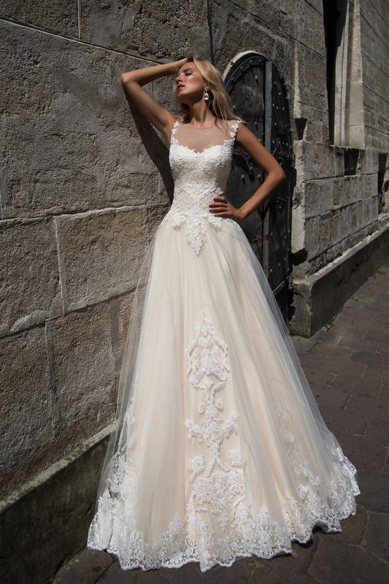 Пышное свадебное платье с золотистой подкладкой многослойной юбки и кружевным декором.