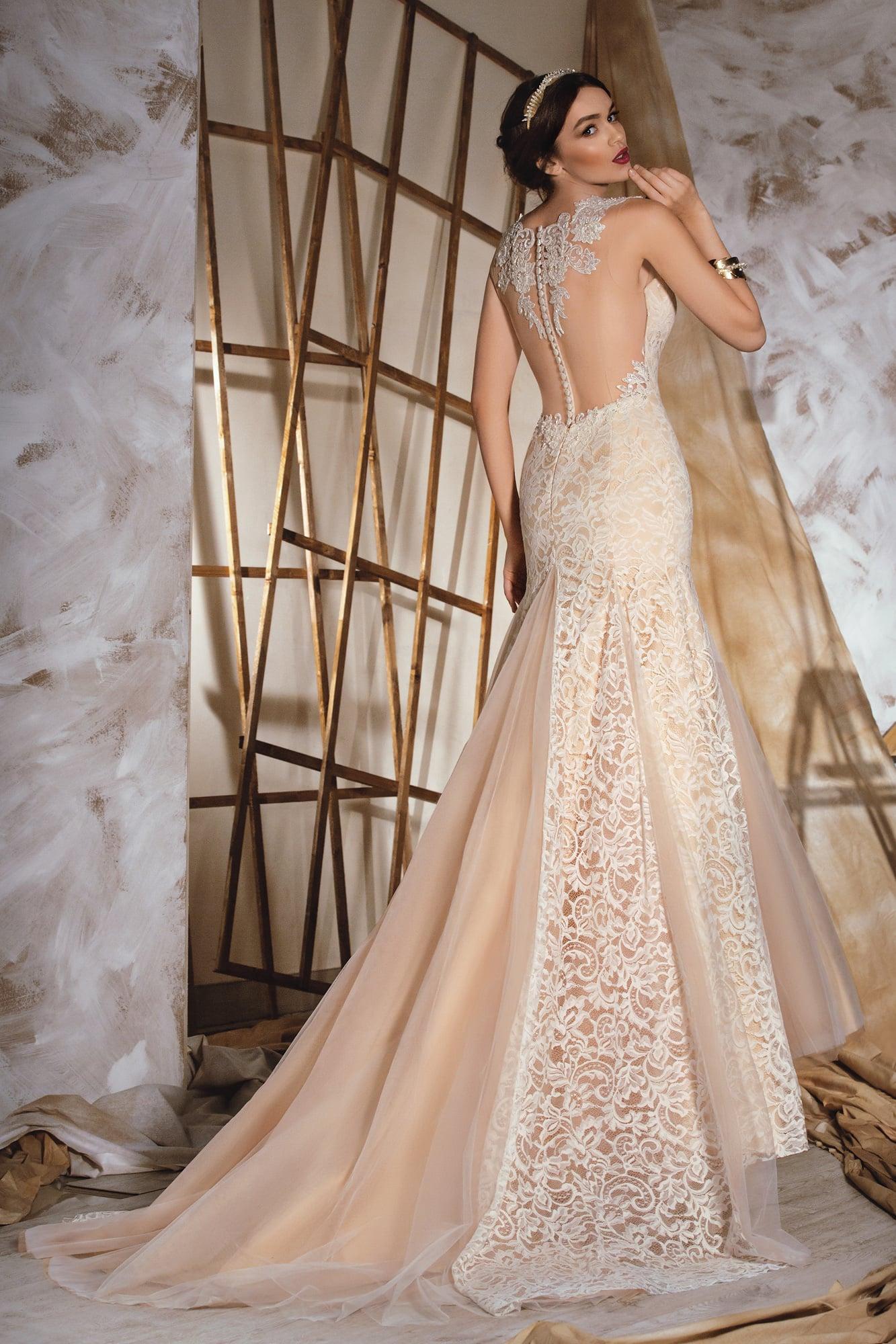 73775e1ce90 Бежевое свадебное платье «рыбка» с потрясающей полупрозрачной спинкой с кружевным  декором.