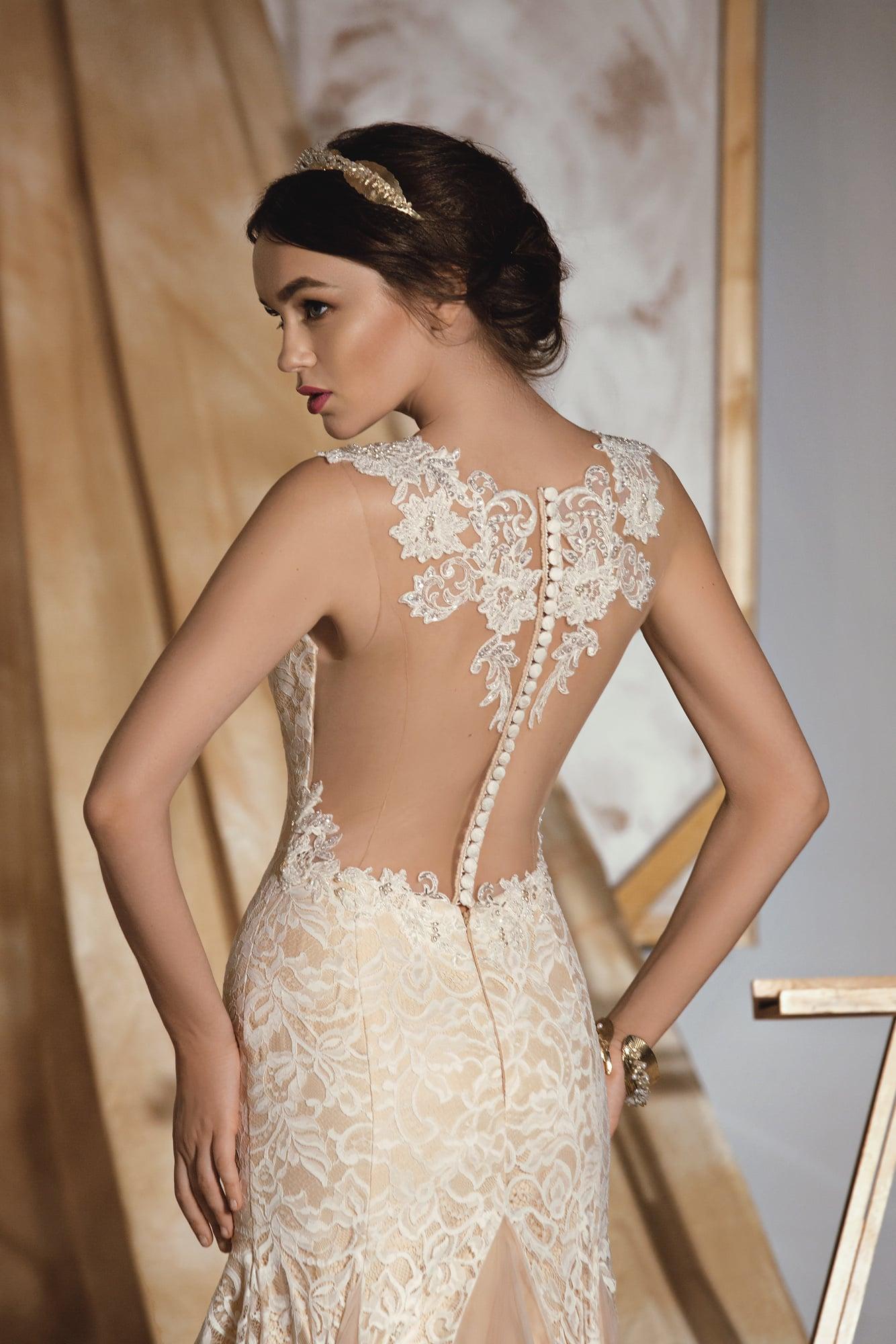 Бежевое свадебное платье «рыбка» с потрясающей полупрозрачной спинкой с кружевным декором.