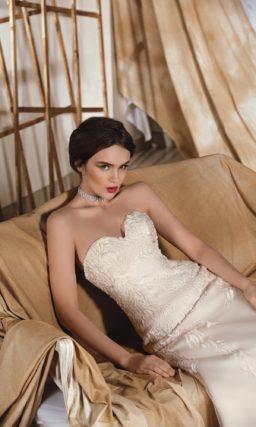 """Фактурное свадебное платье  кроя """"рыбка"""" с классическим  лифом в форме сердца и романтичным шлейфом."""