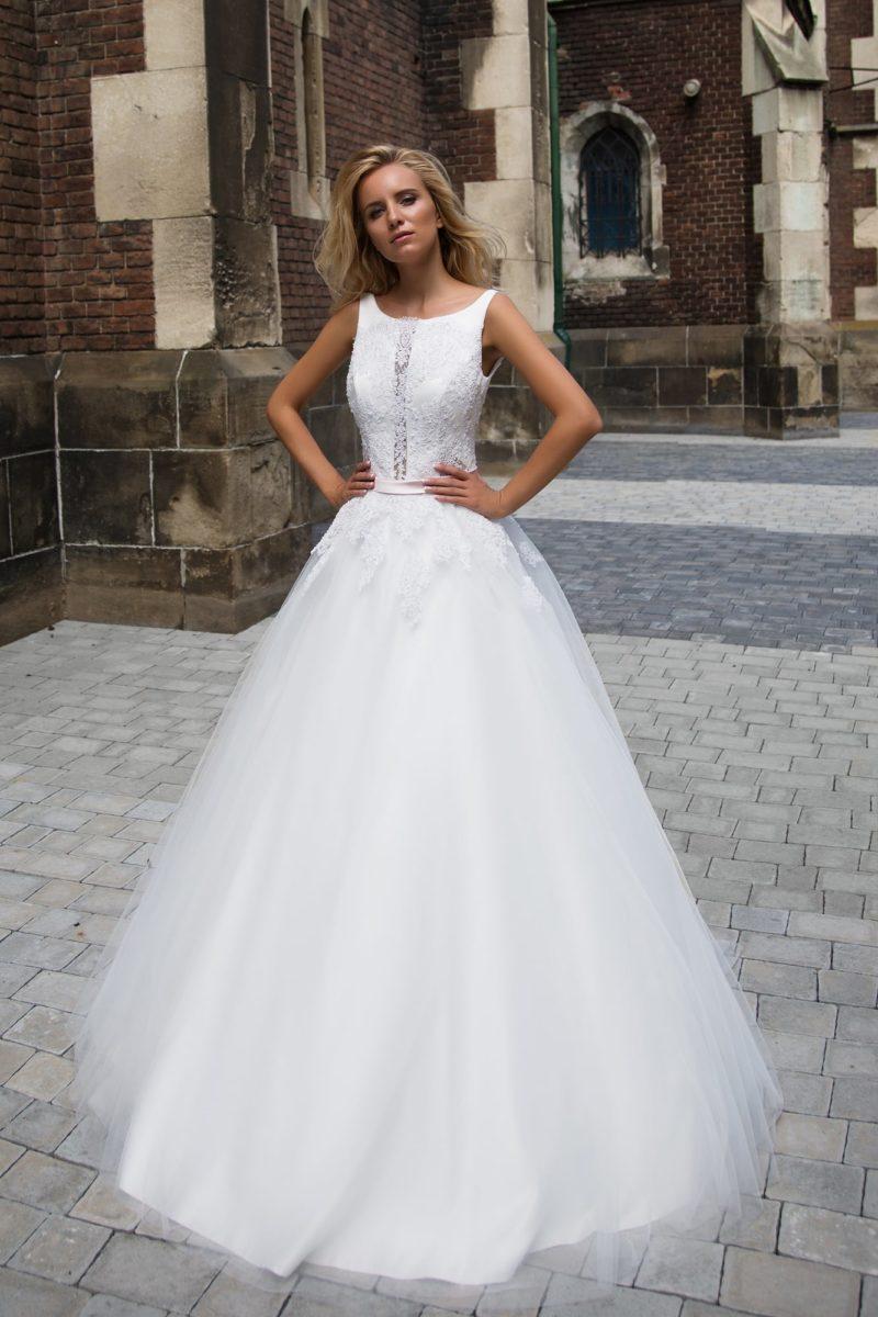 Свадебное платье «принцесса» с узким атласным поясом и оригинальным вырезом по лифу.