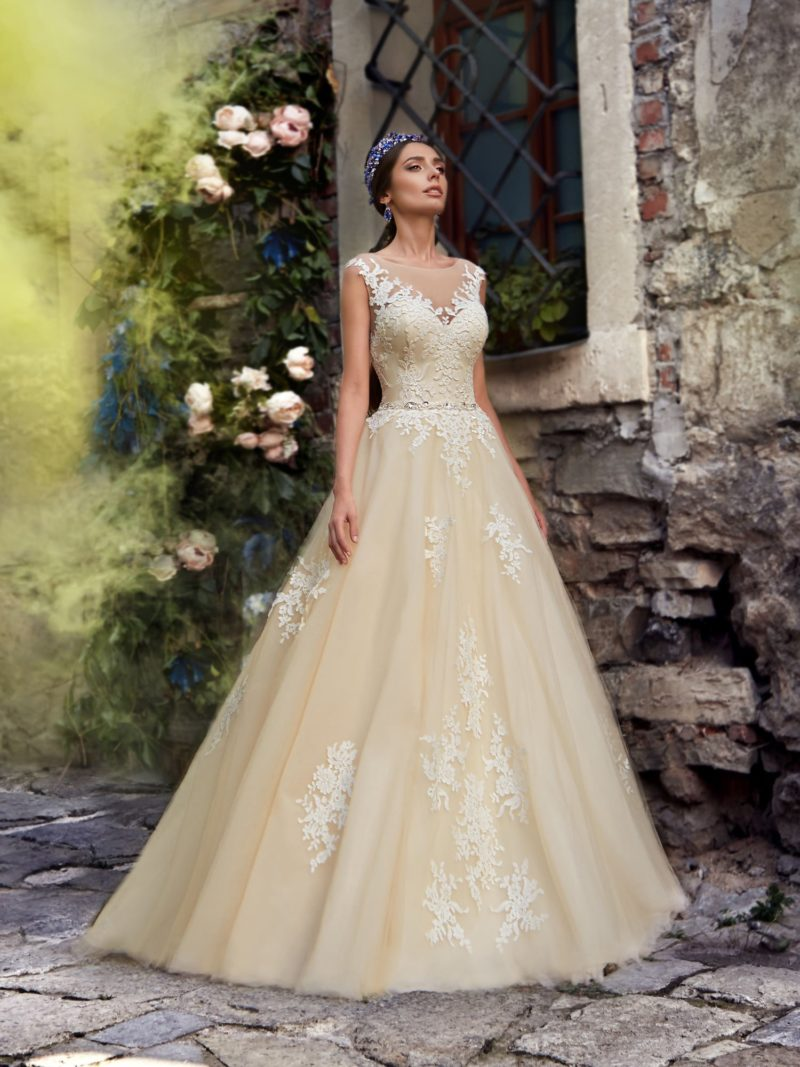 Золотистое свадебное платье кроя «принцесса» с элегантным лифом.