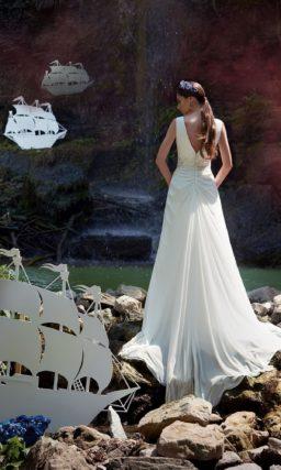 Свадебное платье прямого кроя с небольшим вырезом