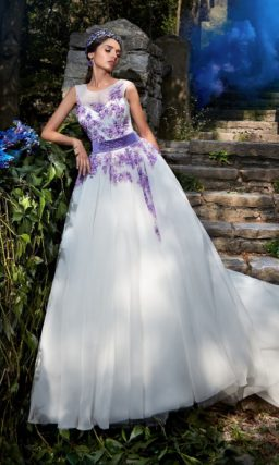 Пышное свадебное платье с фиолетовой вышивкой на закрытом лифе