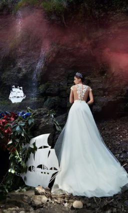 Воздушное свадебное платье с полупрозрачным верхом из кружева